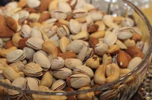 mixed nuts with cashews pistachios and peanuts